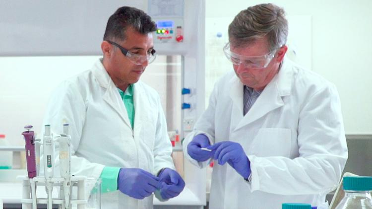 IPRI researcher Javad Foroughi with Bluey Merino founder Andrew Ross in the lab